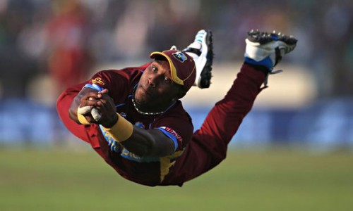 Dwayne Bravo makes a diving catch