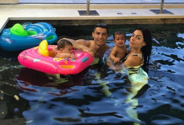 Cristiano Ronaldo relaxes girlfriend and kids